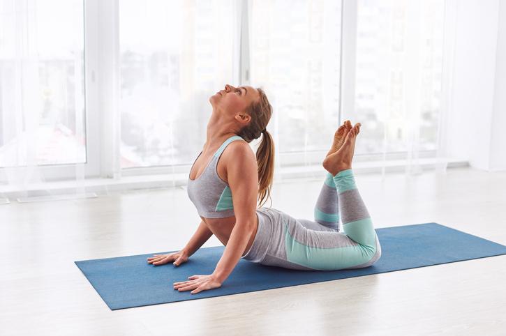 como aumentar la fertilidad, mujer practicando yoga